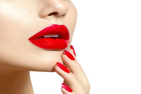 Labbra sfigurate dal silicone? Con un intervento si può rimediare