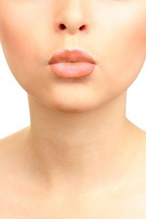 Un intervento per rimuovere il silicone dalle labbra